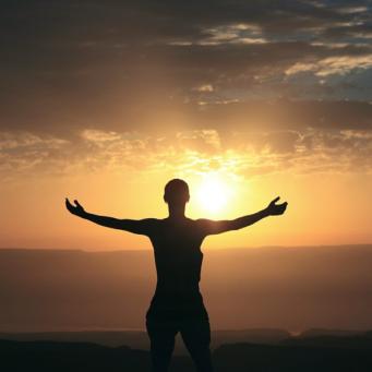 braços abertos para o Sol