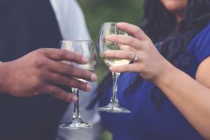Casal brindando